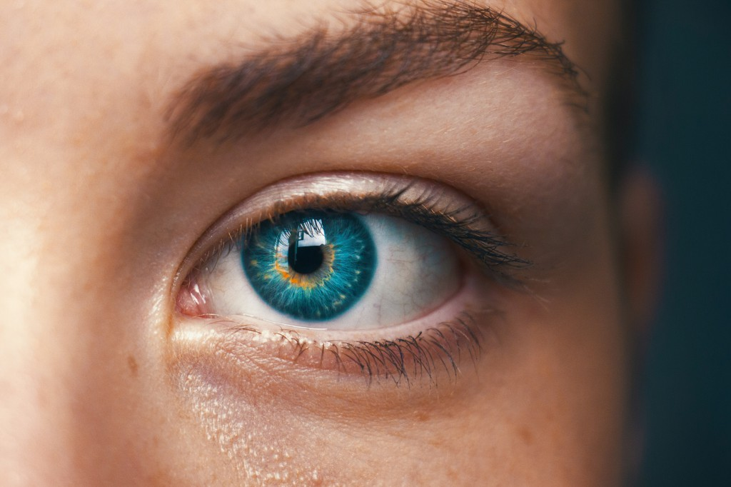 how to naturally lighten your eyes